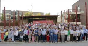 Entrena, rodeado de representantes municipales socialistas.