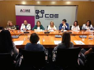 La ministra con los candidatos del PP en la reunión con las mujeres empresarias.