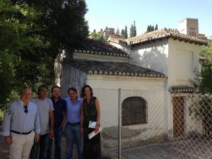 Rocío Díaz con representantes de su grupo y de los vecinos durante la visita.