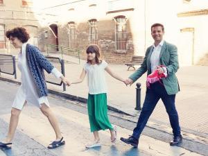 El alcalde, con su familia, camino del colegio electoral.