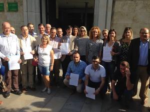 Cargos públicos del PP a las puertas de la Delegación de la Junta.
