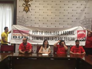 La concejala Marta Gutiérrez con trabajadores de Alhambra Bus.