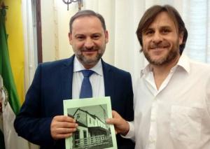 El ministro de Fomento recibe de Antonio Francisco Martínez,, presidente de la Asociación Amigos del Ferrocarril de Baza el estudio de la UGR.