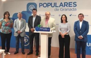Pérez, junto a diputados y senadores del PP.