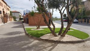 Calle Romero, donde el Ayuntamiento de Cúllar Vega ha adecuado las zonas ajardinadas y mejorado el acerado.