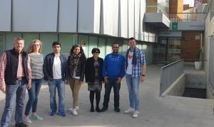 Miembros de la formación de izquierdas, frente al centro de salud.