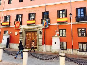 Aspecto de la fachada de la Capitanía General de Granada y sede del Madoc.