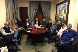 Reunión del alcalde con representantes de la asociación de comerciantes.