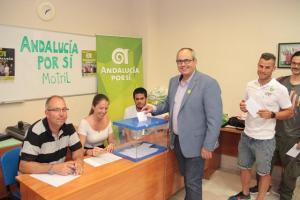 David Martín vota en la asamblea local.