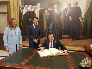 El presidente de la Junta firma en el libro de honor del Ayuntamiento de Granada.