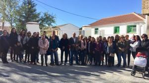 Madres y padres, junto a miembros del PP en el colegio de Benalúa de las Villas.