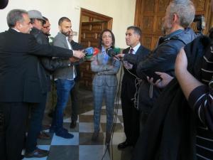 Marta Bosquet atiende a los medios en su visita al TSJA.