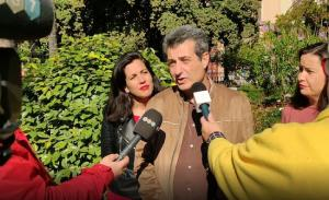 Cambril atiende a periodistas.