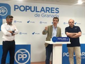Pablo Casado acompañado por Sebastián Pérez y Juan José Cortés.