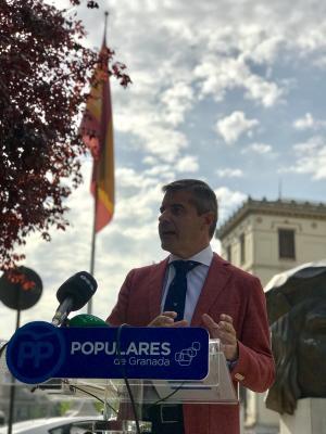 César Díaz en la rueda de prensa que ha ofrecido junto a la rotonda del Triunfo.