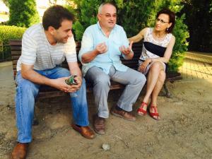 Rueda y Gámez conversan con un ciudadano.