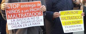 Detalle de una de las concentraciones de apoyo a Juana Rivas.
