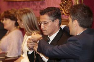 Luis Salvador se coloca la medalla de concejal.