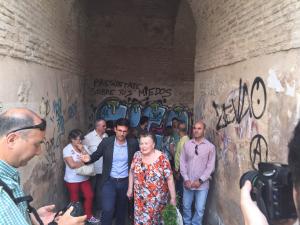 Cuenca y un grupo de concejales socialistas en el Arco de las Pesas.