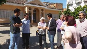 El candidato socialista a la Alcaldía en su visita a la biblioteca de las Palomas.