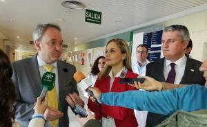 Diego Vargas (izquierda), al presentar el plan de choque contra las listas de espera en Almería.