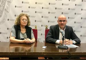Raúl Fernández con María Antonia Martín, vecina de Marín Ocete.