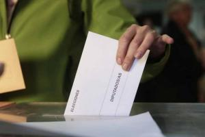 Ejerciendo el derecho al voto.