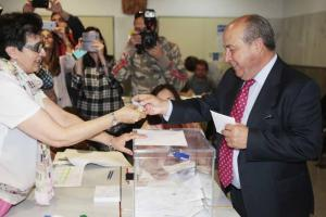 Torres Hurtado se identifica para votar.