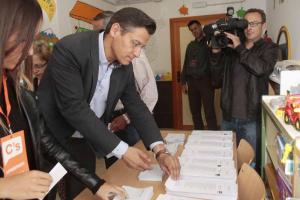 Luis Salvador, con la papeleta para votar.