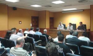 Arenas de Soria, Pérez y Morales escuchan a los concejales en la reunión.