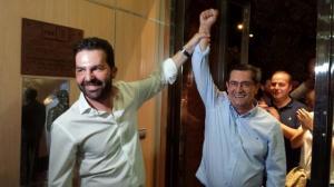 Noel López levanta el brazo de José Entrena, tras ganar el último en las primarias.
