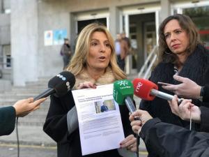 Eva Martín, con Rocío Díaz, en una comparecencia reciente a las puertas del antiguo Clínico.