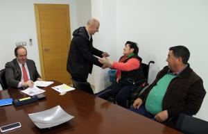 El alcalde ha entregado ante notario los primeros cheques.