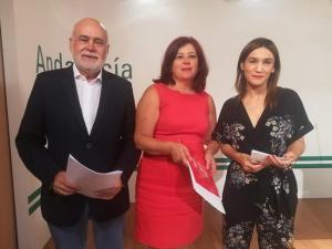 Elvira Ramón, entre Olga Manzano y Gregorio Cámara.