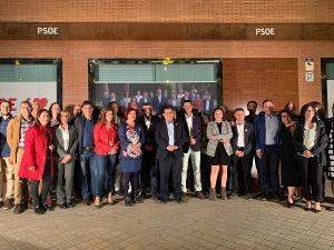 Los candidatos y candidatas socialistas a las puertas de la sede del partido.