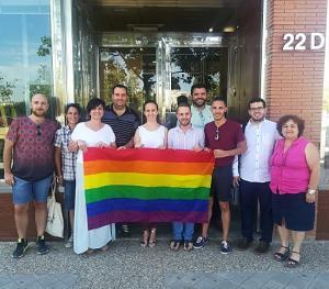 El PSOE ha desplegado hoy la bandera arcoíris en su sede provincial.