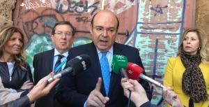 Sebastián Pérez, con tres de los que ahora son sus concejales, en un acto de campaña.