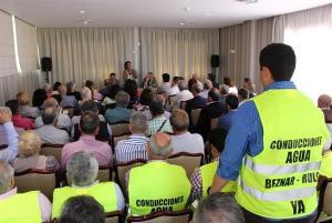 La ministra Teresa Ribera ofrece explicaciones al empresariado.