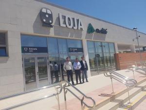 Joaquín Camacho (centro) en la nueva estación de Loja.