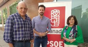 Parlamentarios del PSOE, junto a la sede provincial.