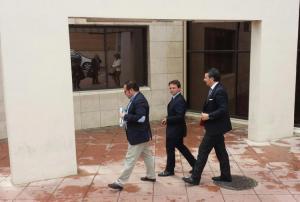 Juan Antonio Fuentes, en el centro, a su salida el pasado año de su declaración judicial.