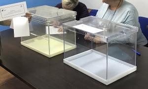 Detalle de urnas, en la sede del PP de Güéjar Sierra, el día de la votación.