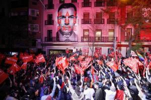 Sánchez celebra su triunfo en Ferraz, este domingo.