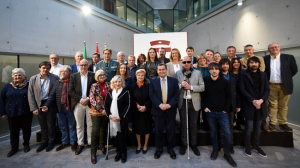 Foto de familia de los premiados con los representantes de la institución provincial.