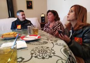 Diputados provinciales de IU, en la casa de la familia desahuciada en Deifontes.
