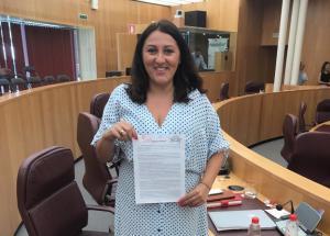 La diputada Alejandra Durán muestra la moción.