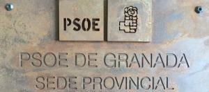 Placa en la sede provincial del PSOE de Granada, en Torre de la Pólvora.
