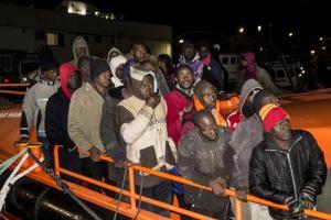 Llegada al Puerto de Motril, este martes, del centenar de personas rescatada en dos pateras.