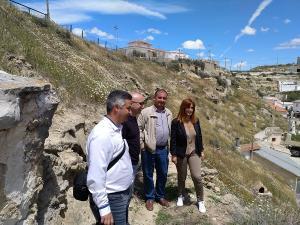 Imagen de archivo de una visita de los diputados provinciales a viviendas cueva.