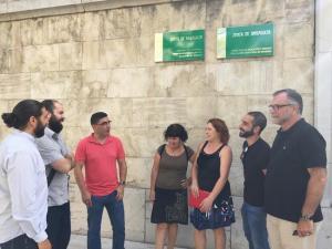 Representantes de IU, esta mañana ante la sede de la Junta.